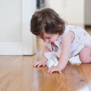 Ubrania dla niemowlaków – jak je rozróżnić, z czego powinny być uszyte i gdzie kupić, by nie wydać fortuny?